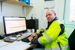 rond G. Furnes sitter framför datorn och har full kontroll över timmar och material genom SmartDok.