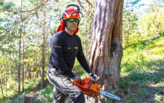 Bild av man som arbetar inom skogsindustrin. Användar Hemkomstkontroll