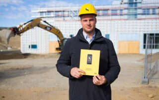 Steffen Nerdal håller upp SmartDok broschyr om byggutrymme