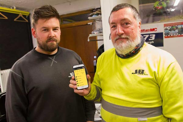 Jimmy Borgh och pappa Roland Borgh har mycket bra erfarenhet av att använda SmartDok. Appen fungerar för användare i alla åldrar. Kontroll på bränsleförbrukning.