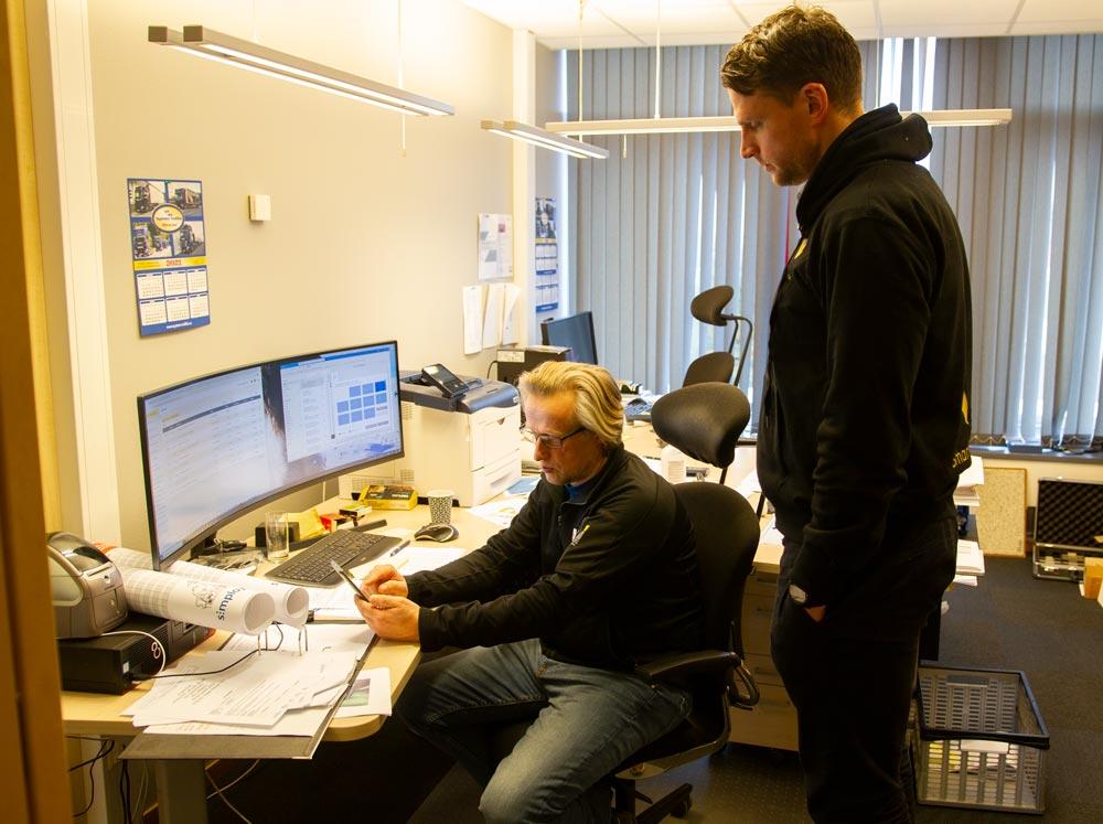 Account Manager Steffen Nerdal är ute och besöker Bjarne Moxness på hans kontor i Bergen